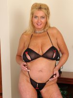 Sexy housewife Tahnee Taylor lets her mature boobs free to see