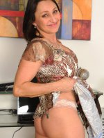 Busty anilos MILF Jillian Foxxx